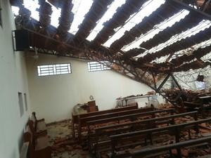 Telhado da capela, que cabe 500 pessoas, desabou (Foto: Divulgação/ Corpo de Bombeiros)