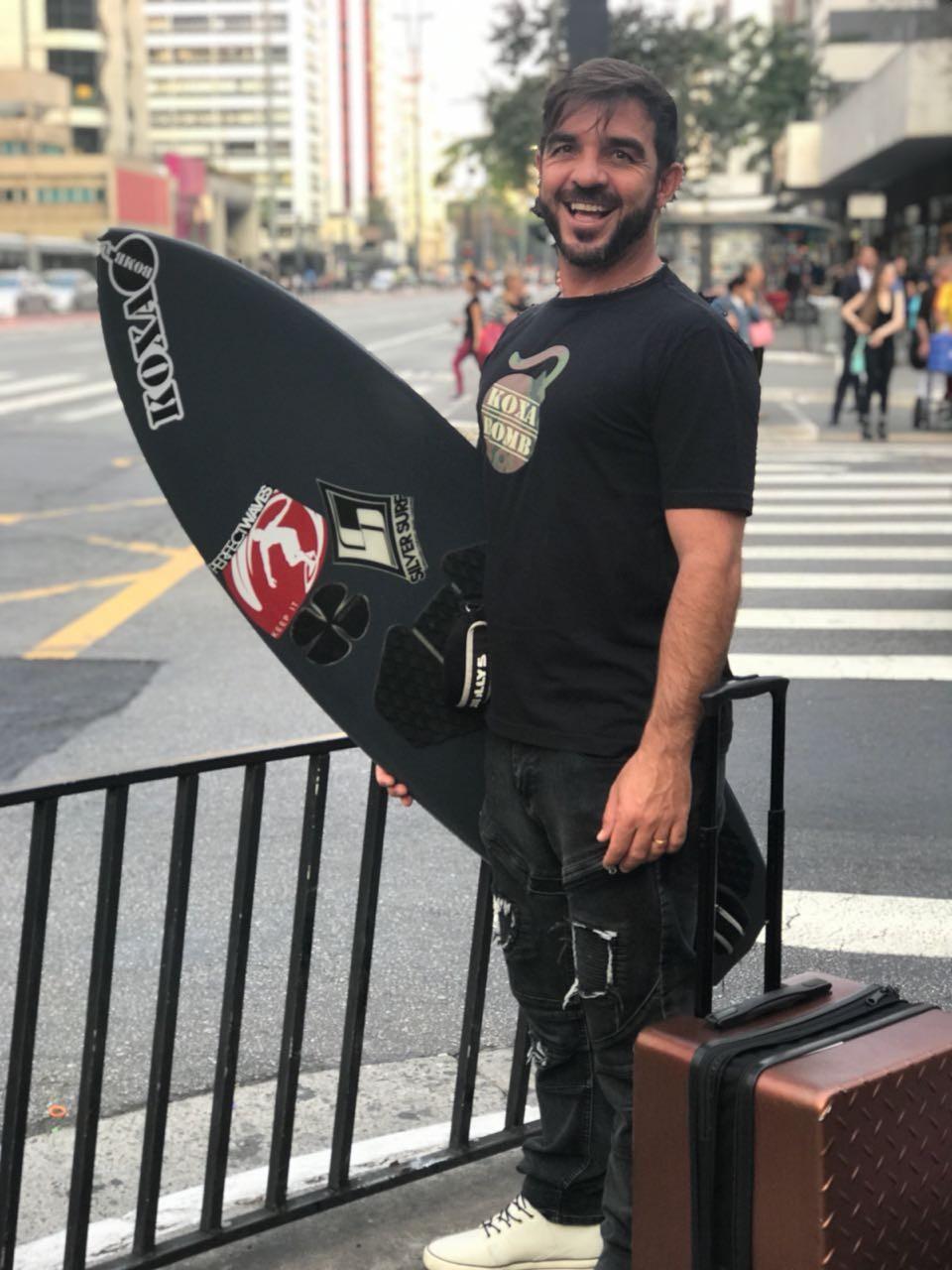 Rodrigo Koxa com sua prancha na avenida Paulista, em São Paulo (Foto: Divulgação)