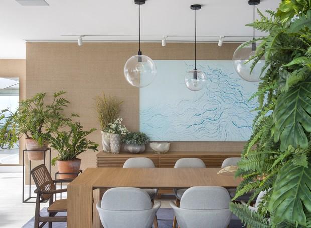Junto à sala de jantar, os vasos de barro com xanadús ganham lugar de destaque (Foto: Juliano Colodetti/MCA Estúdio/Divulgação )