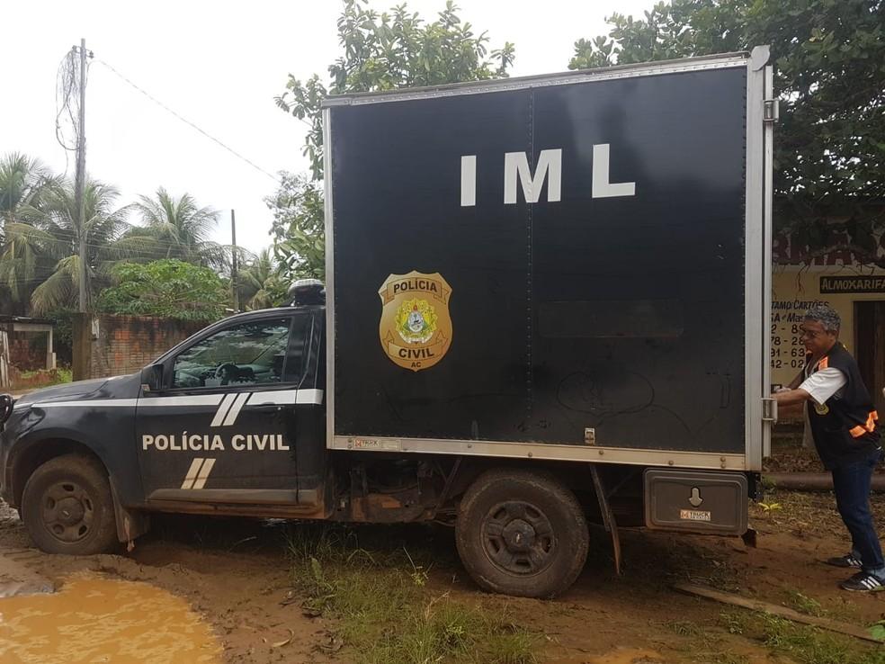 Corpo foi achado após boiar às margens de rio em bairro de Rio Branco  — Foto: Divulgação/Corpo de Bombeiros do Acre