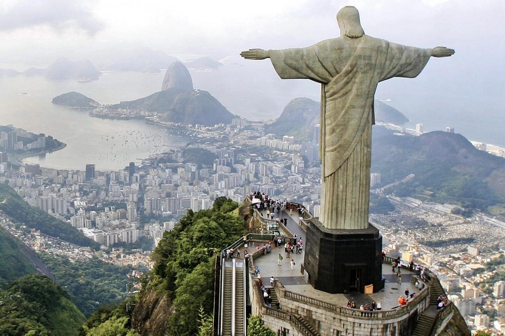 Cristo Redentor com braços abertos sobre a Guanabara - e o Pão de Açúcar — Foto: Pedro Kirilos/Riotur