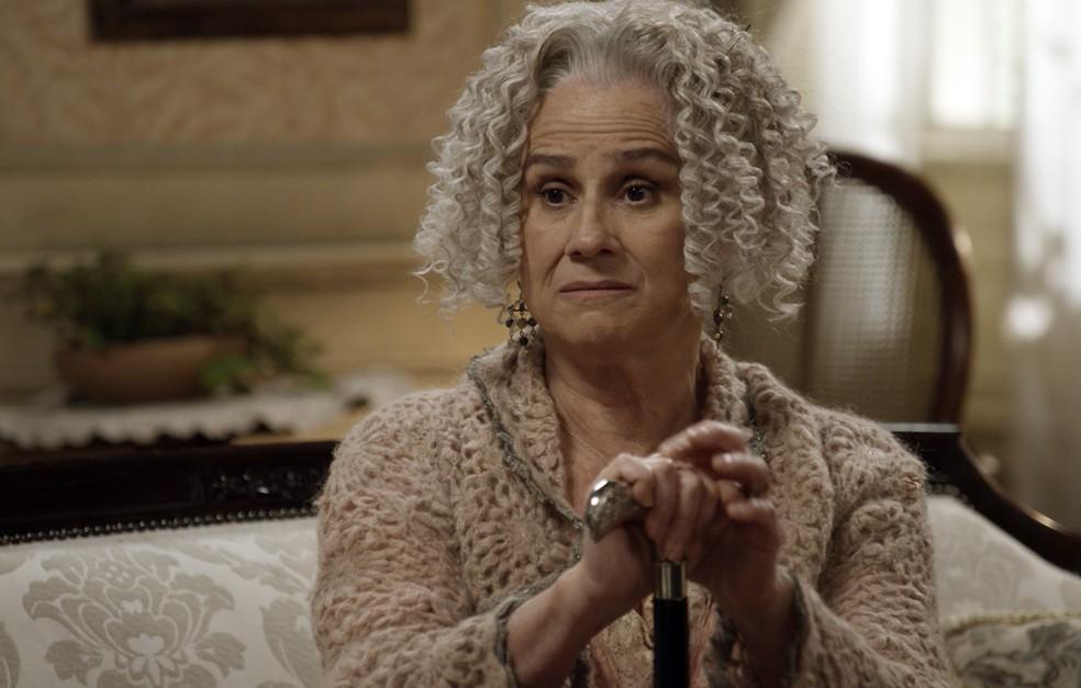 Ofélia também parece não estar gostando nadinha do que está ouvindo  (Foto: TV Globo)