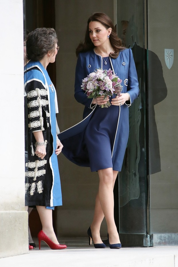 ** RIGHTS: ONLY UNITED STATES, BRAZIL, CANADA ** London, UNITED KINGDOM  - Pregnant Catherine Duchess of Cambridge was seen leaving the Royal College of Obstetricians and Gynaecologists with a bouquet of flowers in London.Pictured: Catherine, Duchess  (Foto: BACKGRID)