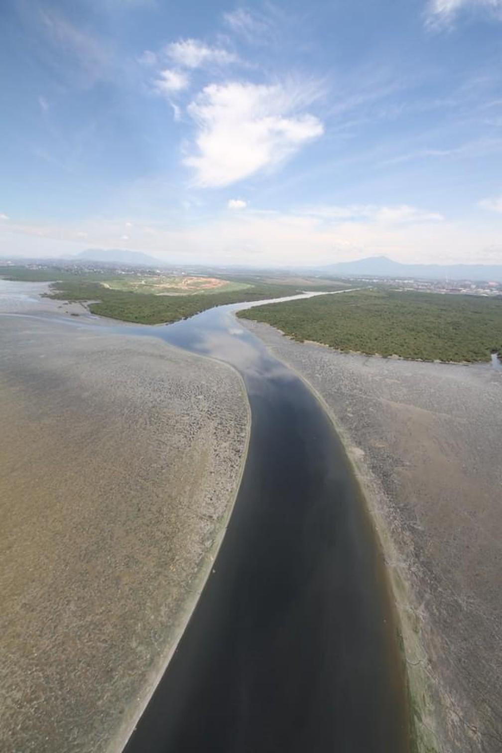 Despejo de detritos na Baía de Guanabara pode favorecer a ocorrência de enchentes no Rio. — Foto: OLHOVERDE/ Mário Moscatelli