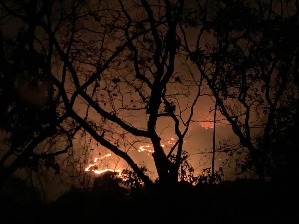 Incêndio destrói vegetação no Parque Nacional de Chapada dos Guimarães — Foto: Ianara Garcia/TVCA