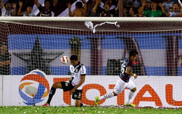 Victor Ayala marca, Lanús x Ponte Preta (Foto: Reuters)