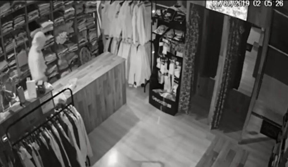 Homem furtou dinheiro do caixa de loja — Foto: Reprodução/RPC