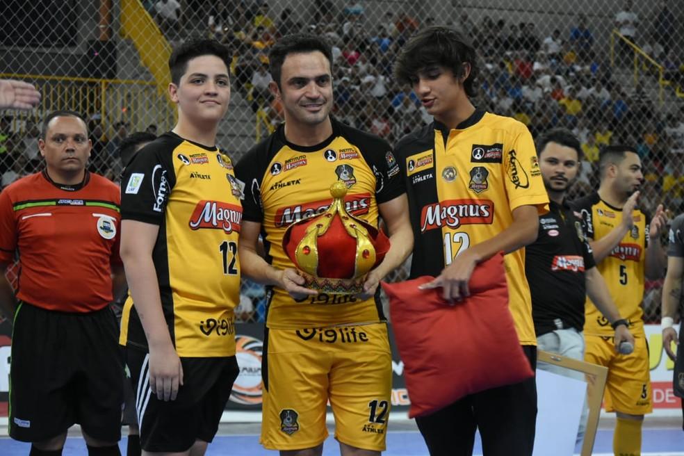 Falcão recebeu coroa em homenagem feita pelos filhos antes da bola rolar na Arena Sorocaba  — Foto: Danilo Camargo/Magnus Futsal