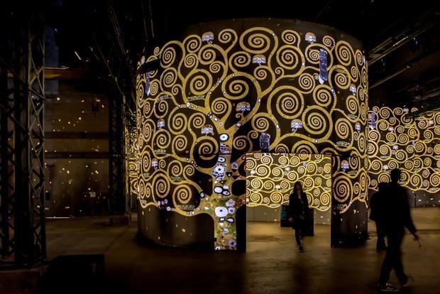 Museu digital de Paris surpreende com instalações do piso ao teto (Foto: Divulgação )