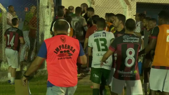 Agredido, jogador acusa porteiro de estádio de trancar portão que dá acesso ao vestiário; vídeo