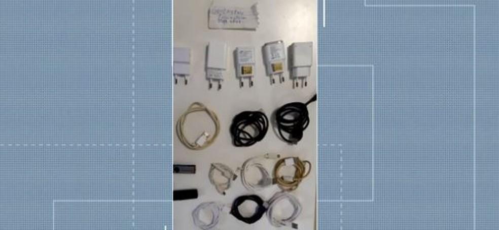 Operação Progresso apreendeu carregadores de celulares dentro do Presídio Regional de Joinville — Foto: Reprodução/ NSC TV