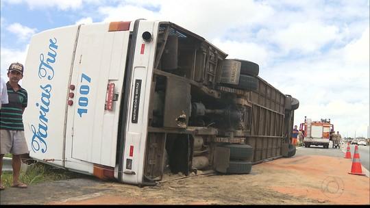Criança e mulheres feridas em acidente com ônibus na PB seguem internadas