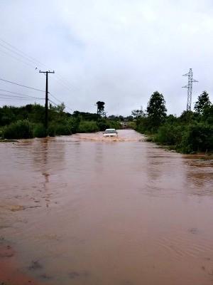Estradas se transformaram em rios (Foto: Prefeitura de Juína-MT)