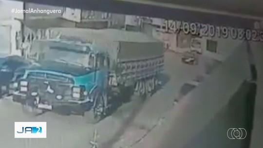 Vídeo mostra caminhão sem freio descendo de ré e tombando, em Rio Verde