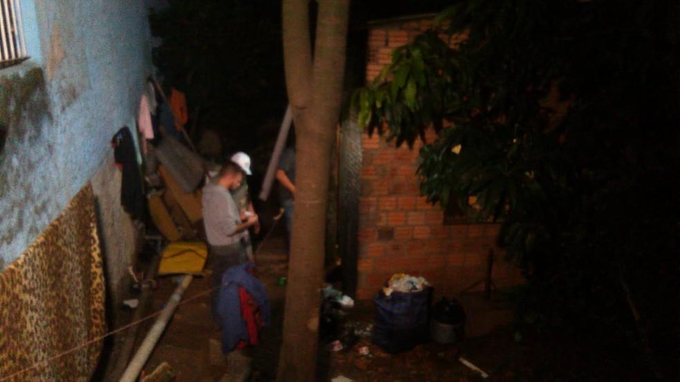 Seis pessoas foram encontradas mortas dentro de uma residência, no bairro Passo das Pedras, na Zona Norte de Porto Alegre (Foto: Estévão Pires/RBS TV)