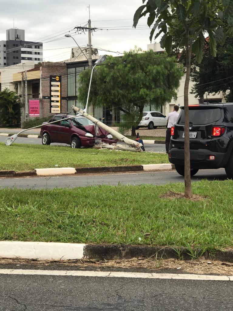 Motorista fica ferida após carro bater e derrubar poste em avenida de Campinas