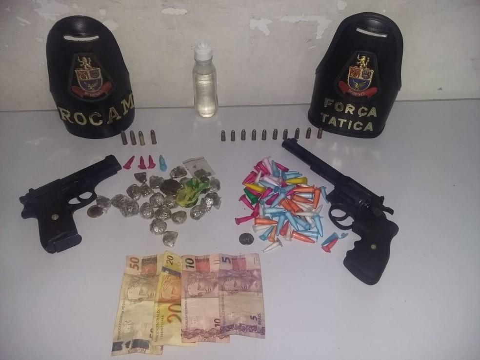 Drogas, armas e munições foram apreendidas com a dupla no baile funk em Marília  (Foto: Polícia Militar / Divulgação )