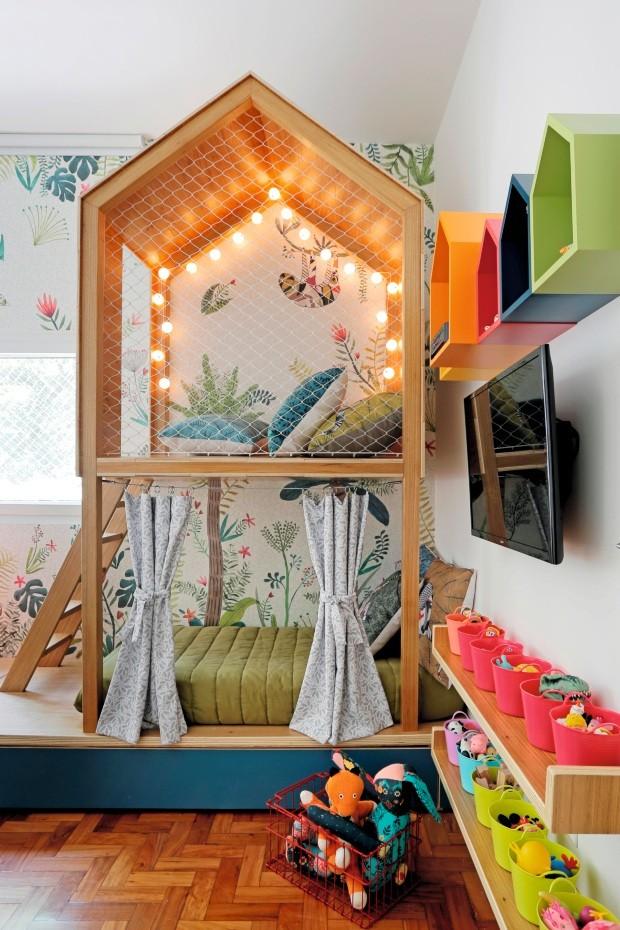 Misto de quarto e brinquedoteca, o projeto do escritório Oba! previu uma ampla base para a cama sob a casinha onde acontecem as brincadeiras. A ideia é que o colchão seja trocado quando Carolina crescer, sem que haja a necessidade de uma reforma (Foto: Leonardo Costo / NaToca Design)