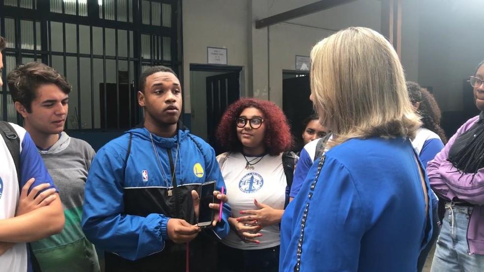 A superintendente Regional de Ensino da Secretaria de Estado de Educação, Gláucia Ribeiro, conversa com os alunos — Foto: Raquel Freitas/G1