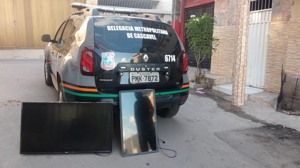Operação apreendeu 21 televisores, além de outros produtos da pousada na praia de Águas Belas, em Caucaia. — Foto: Divulgação/Polícia Civil do Ceará