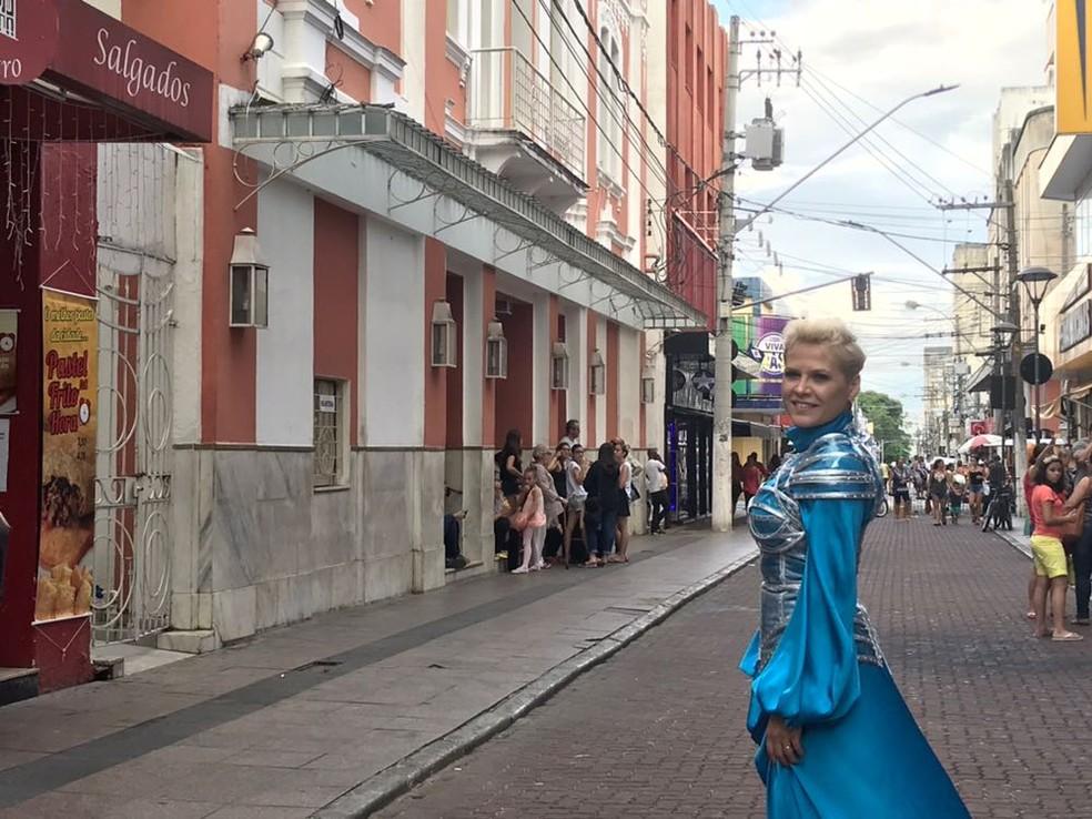 Xuxa de Taubaté faz sucesso pela semelhança com a Rainha dos Baixinhos (Foto: Poliana Casemiro/G1)