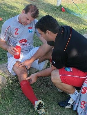 Túlio Maravilha sente uma lesão em treino do Vilavelhense (Foto: Kleber Amorim/A Gazeta)