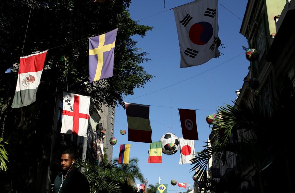 Não só de Brasil as decorações são feitas. Esta rua no Rio conta com bandeiras de diversos países (Foto: Pilar Olivares/Reuters)