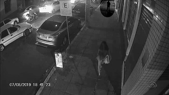 Polícia procura mulher que deixou cair dinheiro na rua em Santa Maria