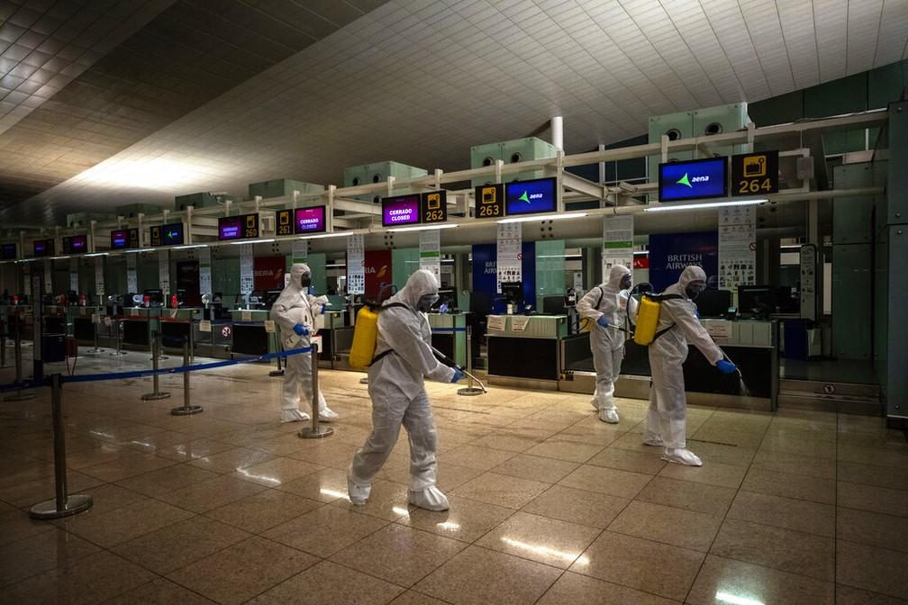 Aeroporto de Barcelona, na Espanha, é desinfetado — Foto: Emilio Morenatti/AP Photo