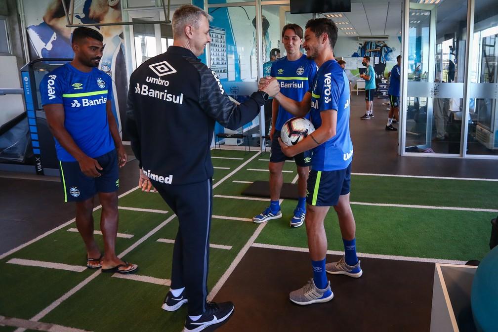 Tiago Nunes em conversa com Diogo Barbosa, Geromel e Thiago Santos — Foto: Lucas Uebel/Grêmio