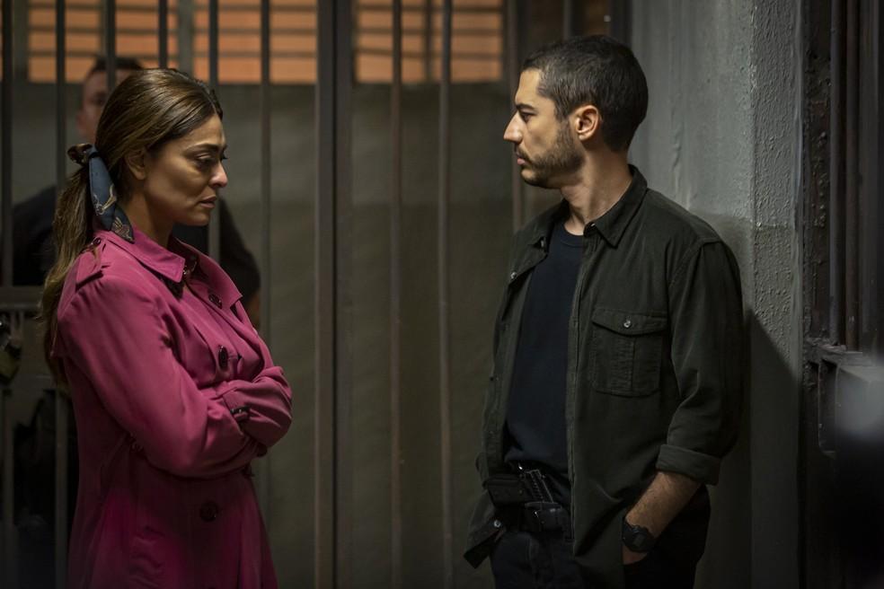 Camilo (Lee Taylor) diz a Maria da Paz (Juliana Paes) que não sabe quanto tempo que ela ficará presa, em 'A Dona do Pedaço' — Foto: Artur Meninea/Gshow