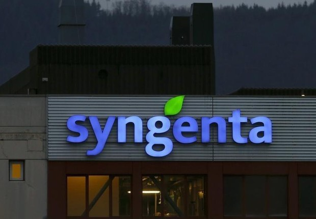 O logo da companhia de agroquímicos Syngenta é visto na entrada da fábrica em Muenchwilen, na Suíça (Foto: Arnd Wiegmann/Arquivo/Reuters)