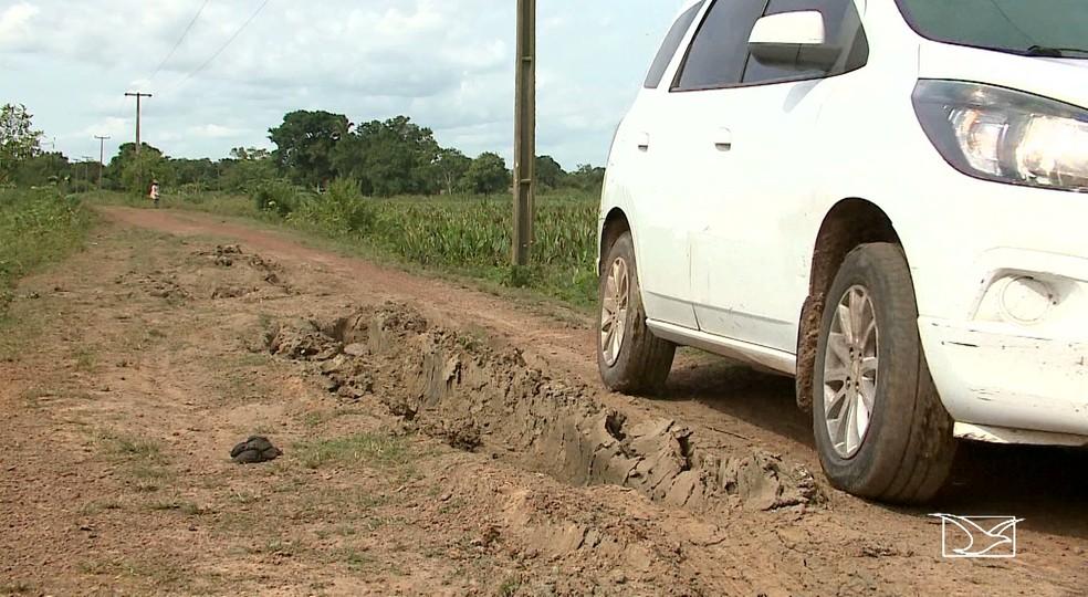 Condições de estradas em Anajatuba fizeram a Prefeitura cortar o transporte escolas em povoados (Foto: Reprodução/TV Mirante)