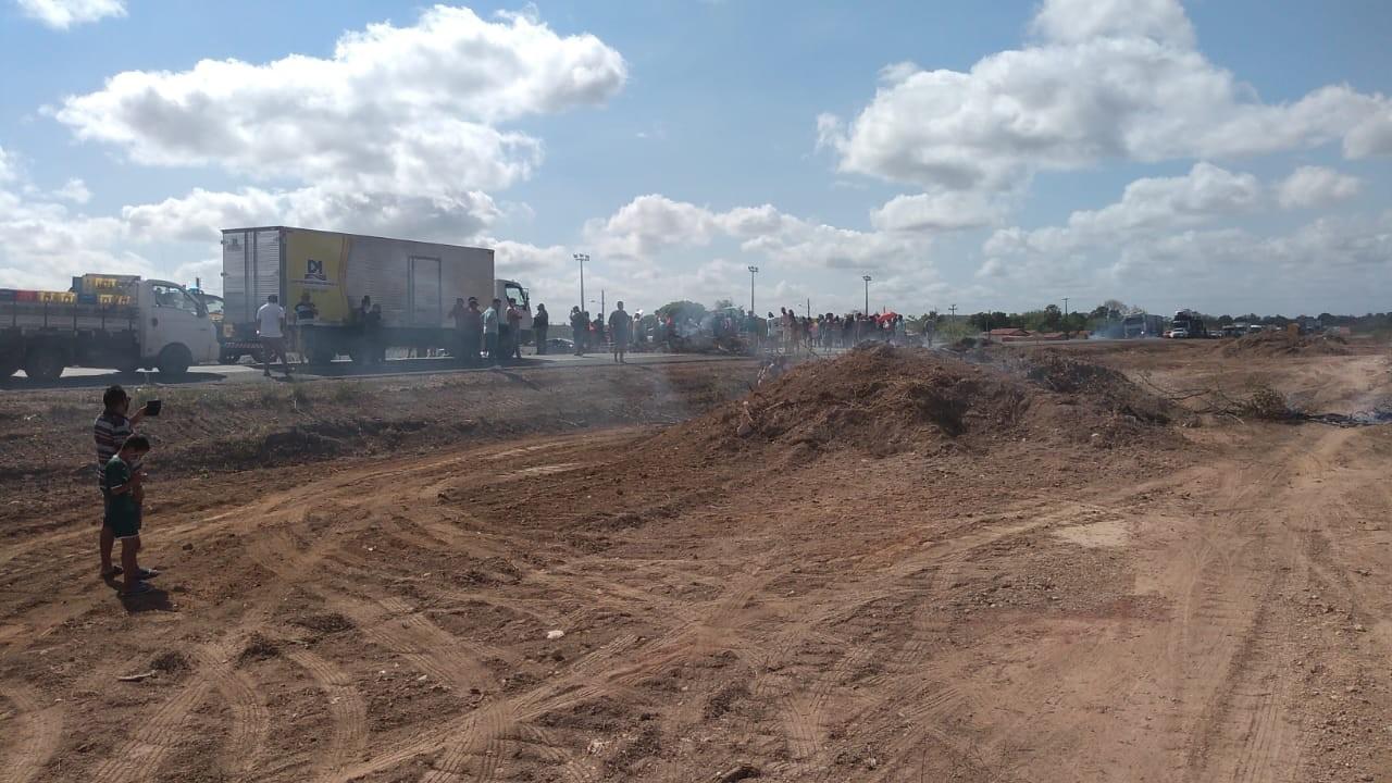 Moradores de Demerval Lobão bloqueiam rodovia BR-316 em protesto por moradias