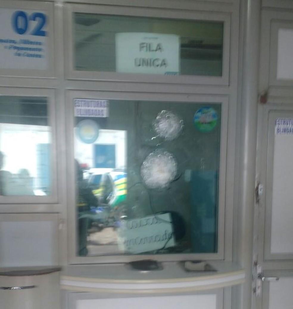 Criminosos racham vidro do balcão de casa lotérica durante tentativa de assalto no Piauí (Foto: Divulgação / PM)