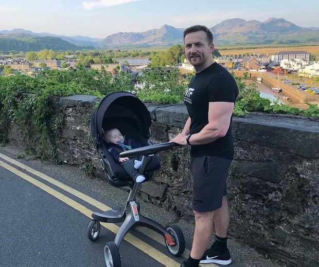 Sion Monty conseguiu emagrecer empurrando o carrinho do filho (Foto: Reprodução/Instagram)