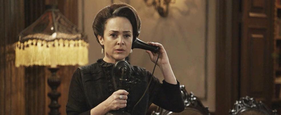 Rainha do Café recebe a ligação do seu informante, que tem algo a dizer sobre Lady Margareth (Foto: TV Globo)