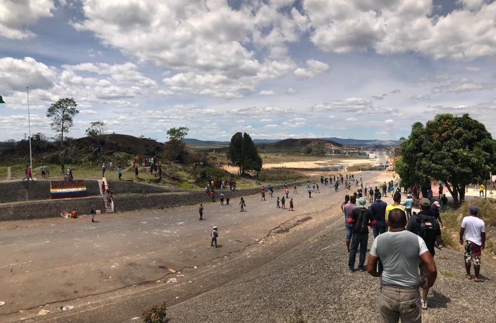 Exército da Venezuela entrou em confronto contra venezuelanos na fronteira com o Brasil na região de Pacaraima (RR). — Foto: Alan Chaves/G1