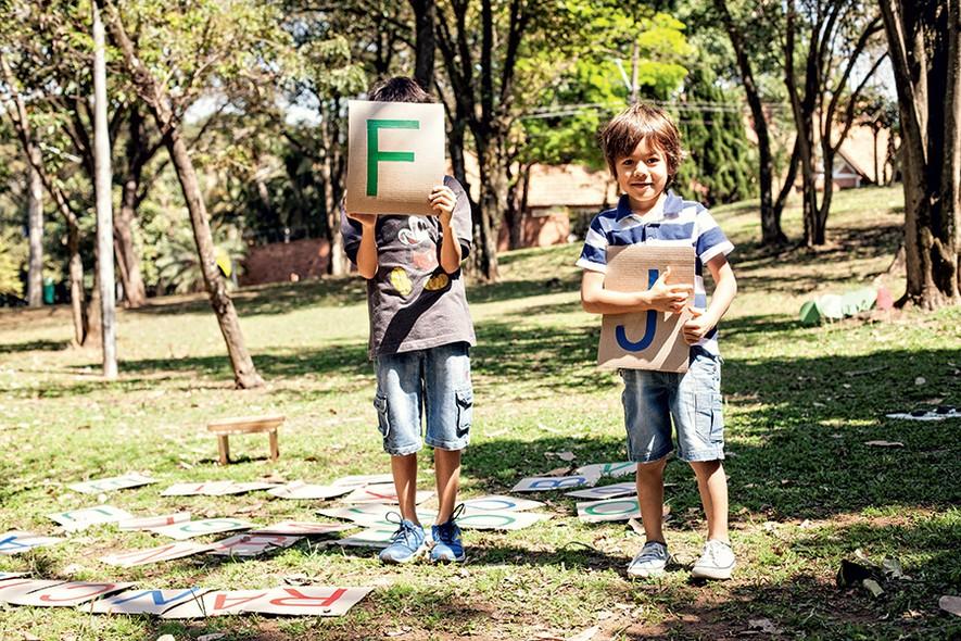 Para brincar na grama de montar palavras ou de forca, é só escrever letras com fitas coloridas em pedaços quadrados de papelão