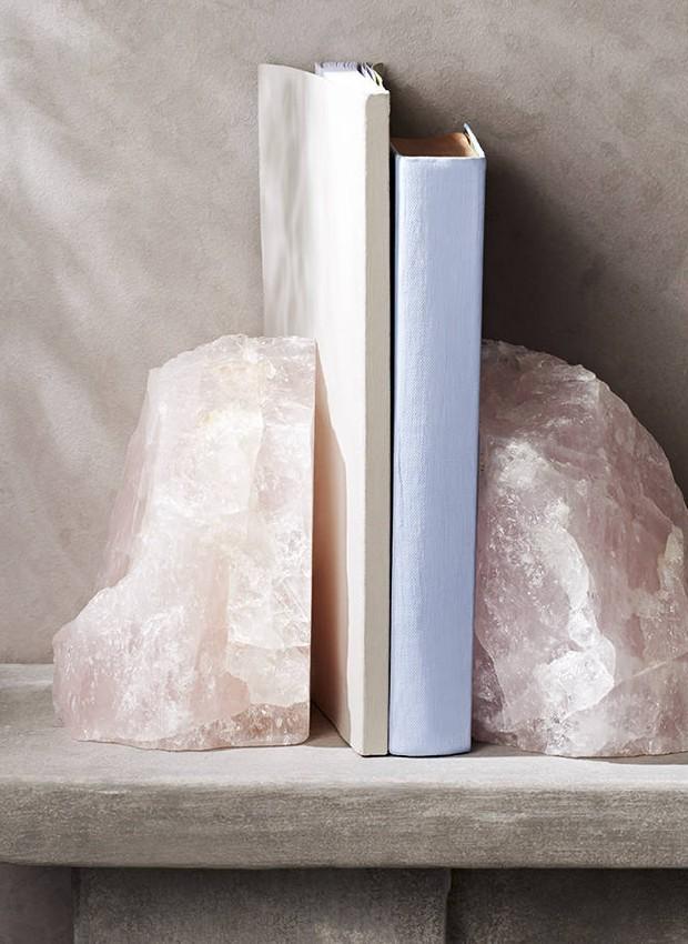 Os quartzo rosa se tornaram apoios para livros  (Foto: Reprodução )