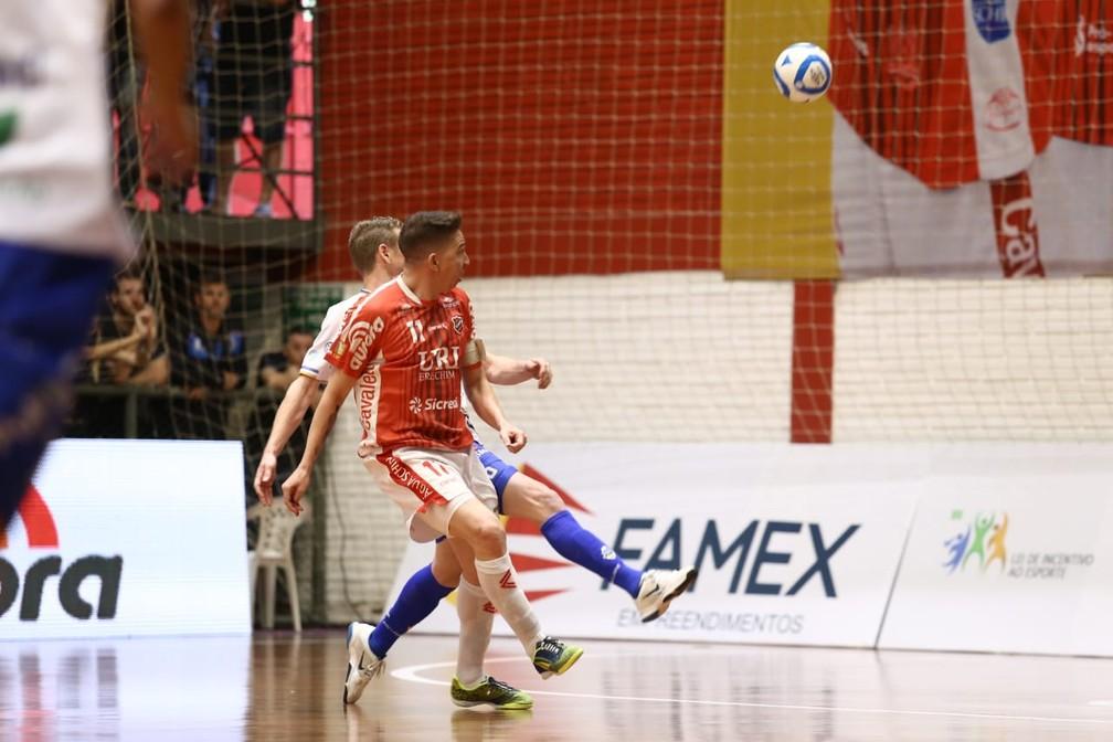 Keké encobre Djony e marca o segundo gol do Atlântico Erechim  — Foto: Maurício Moreira/Pato Futsal