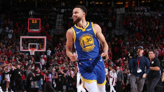 Com triplo-duplo de Curry e na prorrogação, Warriors batem os Blazers e vão à final da NBA