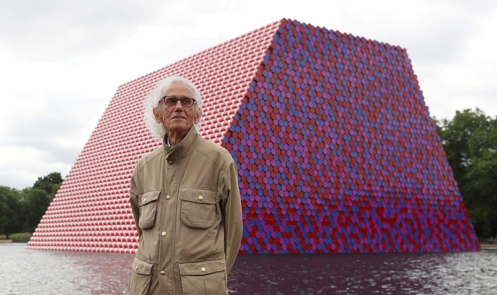 O artista Christo em frente ao projeto The London Mastaba, no Hyde Park, em Londres,em imagem feita em junho de 2018 — Foto: REUTERS/Simon Dawson/Arquivo