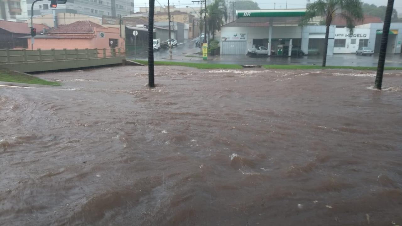 Chuva forte causa alagamentos em ruas e avenidas de Jaboticabal, SP