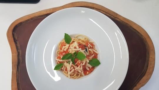 Macarronada com molho de tomates italianos frescos e Limonada Suíça de João Baldasserini