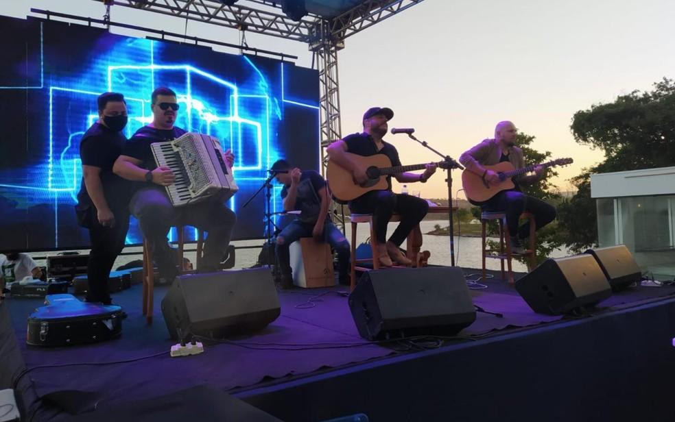 Bruno, da dupla com Marrone, se apresentou em festa em Caldas Novas — Foto: Reprodução/TV Anhanguera