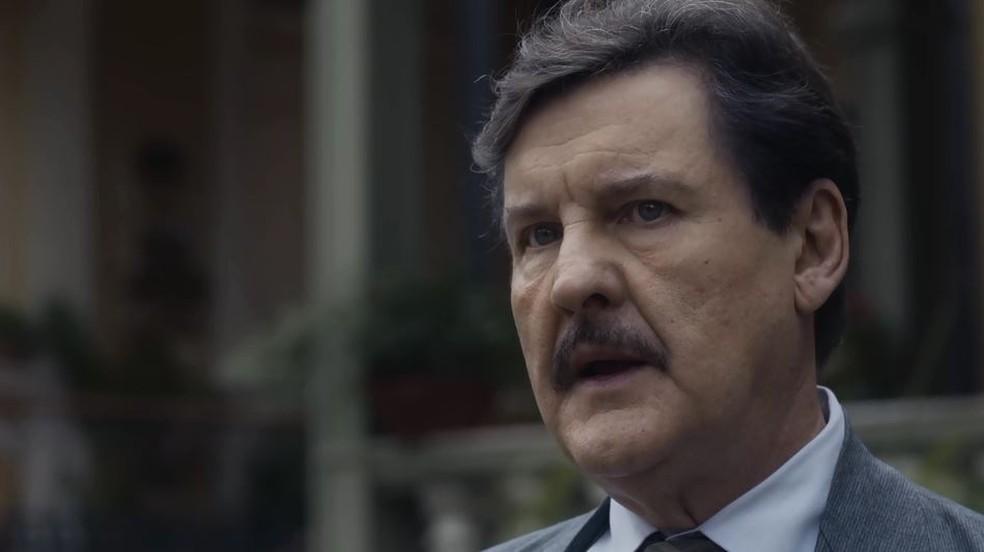 Júlio (Antonio Calloni) é chamado para reconhecer corpo em 'Éramos Seis' — Foto: Globo