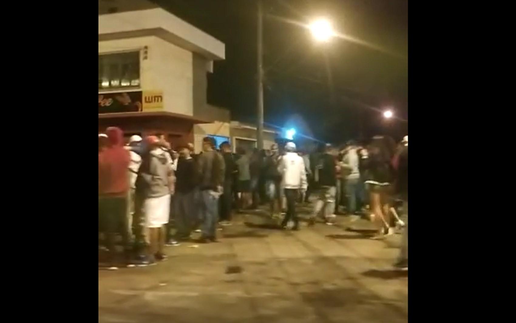 Aglomeração é flagrada perto de conveniência e três pessoas são detidas em Alfenas, MG