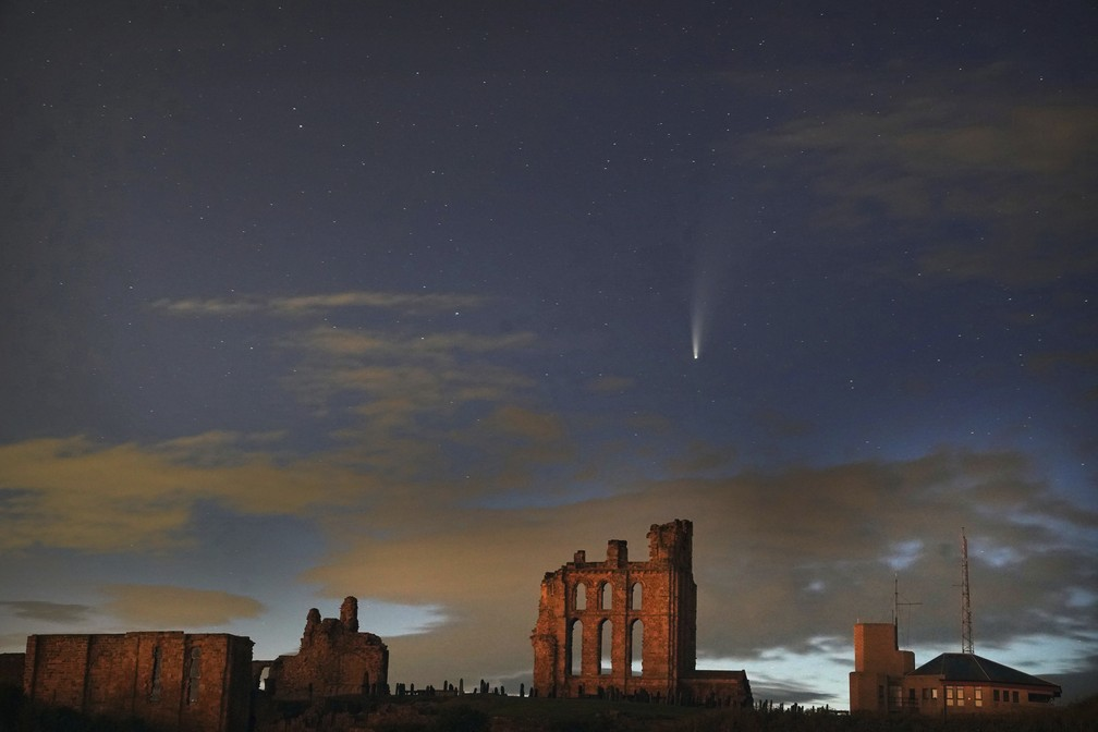 Cometa passa na costa da Inglaterra em 17 de julho de 2020 — Foto: Owen Humphreys/AP
