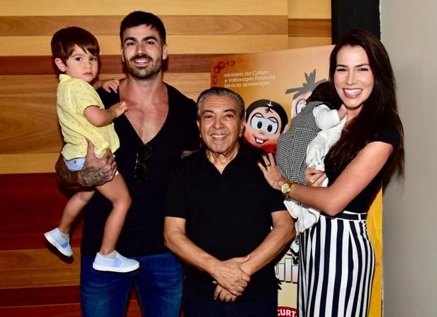 Rodrigão e Adrianna Sant'Anna posam com o filho, Rodrigo, e o cartunista Maurício de Sousa (Foto: Divulgação)
